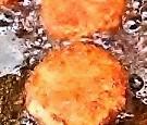 海老シュウマイを油で揚げます。