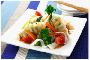 餃子と野菜のサラダ