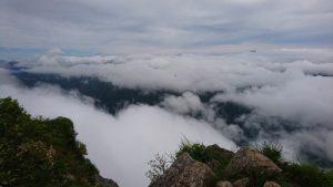 山の上から見る雄大な景色です。