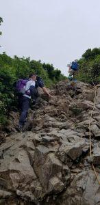 険しく急な場所もある登山道